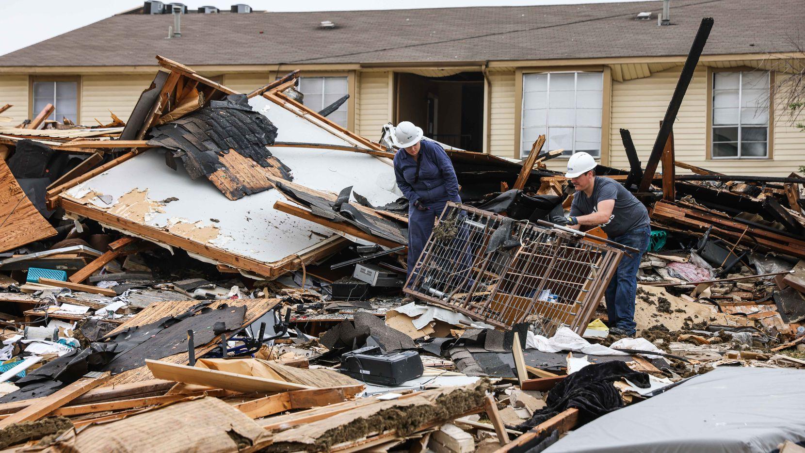 Personal de Dallas Fire-Rescue retira escombros de lo que quedó de un inmueble destruido por una explosión de gas el martes en un complejo de apartamentos en el sur de Dallas. El edificio fue demolido la tarde del miércoles ante la sorpresa de muchos residentes.