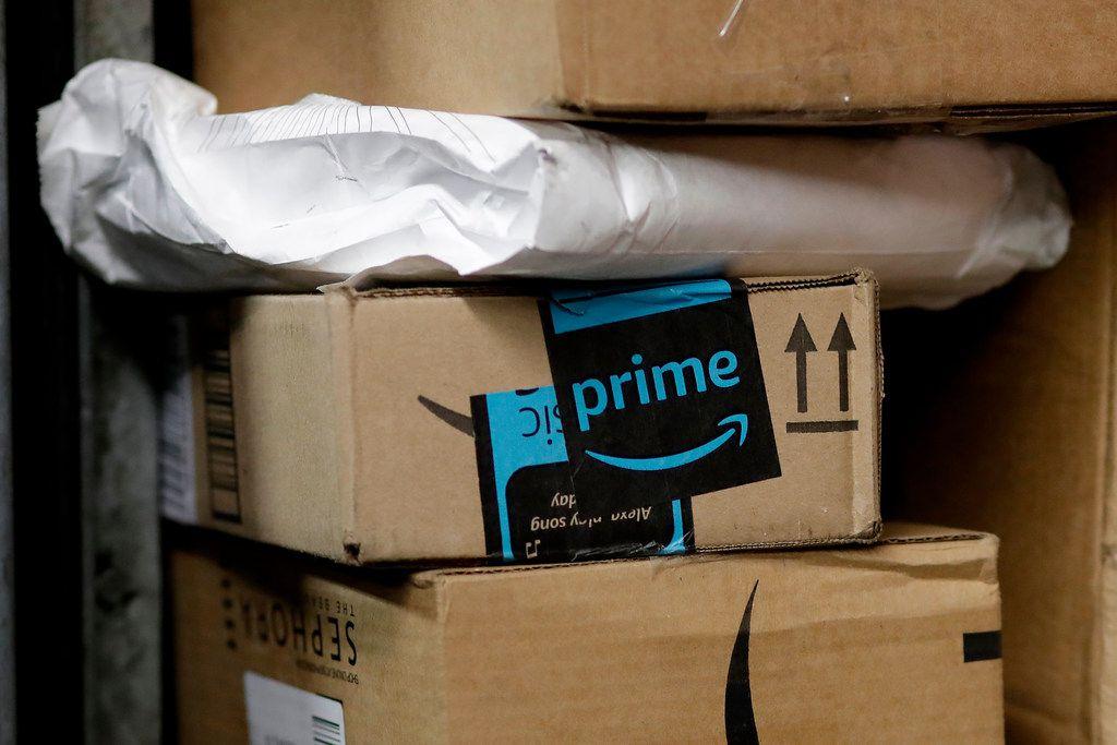 Un paquete de Amazon Prime es cargado en un camión para su entrega a domicilio en Nueva York.