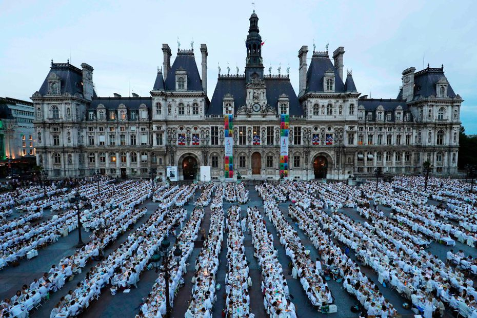 Want to see how they do Diner en Blanc in Paris, home of the original event 30 years back? Here, thousands of people enjoy a chic picnic on the City Hall plaza in Paris.