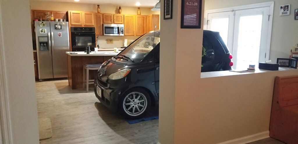 En esta foto del 3 de septiembre del 2019 proveída por Jessica Eldridge se ve el auto de su esposo estacionado en la cocina de su casa en Jacksonville, Florida, para protegerlo del huracán Dorian.