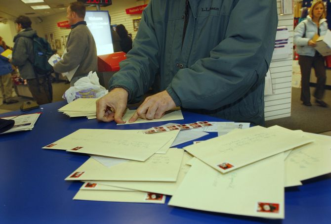 The traditional way of sending holiday greetings is not extinct, but those who still send cards by mail are fewer and fewer.