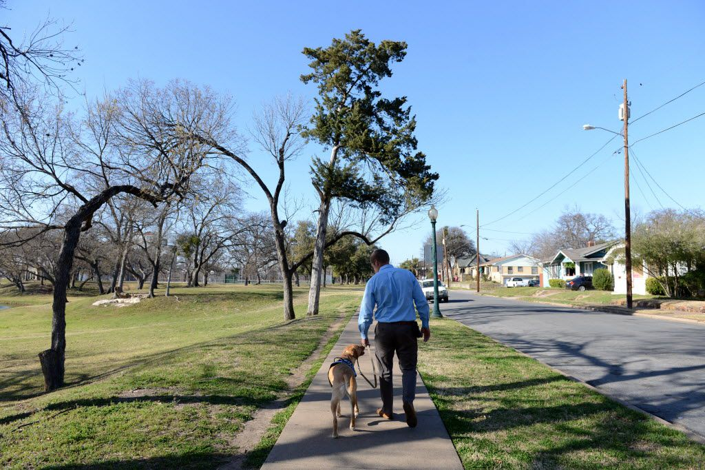 Dustin Deweerd, walks his 3-year-old Labrador service dog Gunny, at Lake Cliff Park on March 20, 2014 in Dallas. Gunny helps Deweerd, a U.S. Army veteran, cope with his Post Traumatic Stress Syndrome after serving in Irag and Afghanistan for two years. (Rose Baca/Neighborsgo Staff Photographer) 04112014xBRIEFING