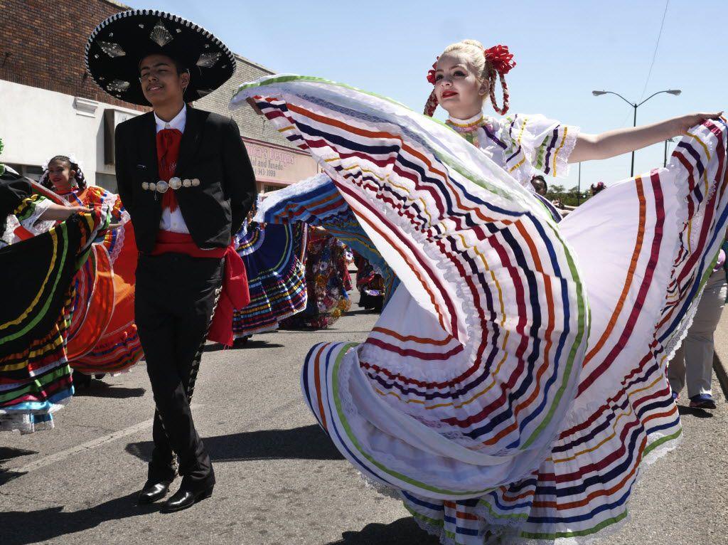 Dancers perform at the Cinco de Mayo parade in Oak Cliff.