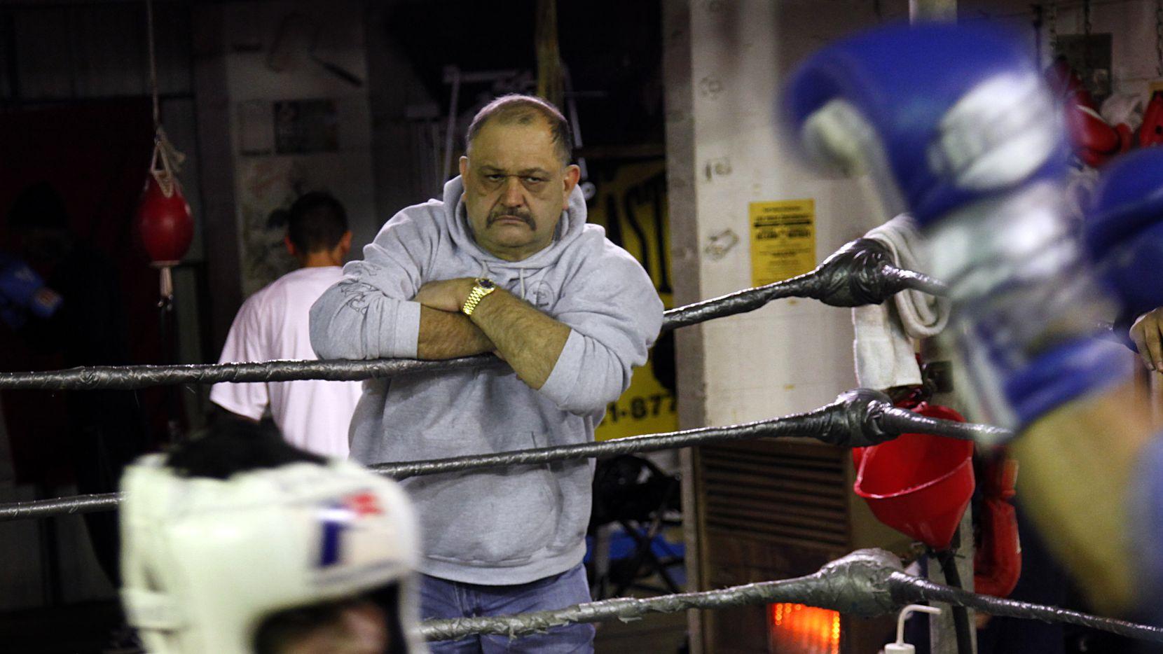 Gene Vivero (der) , propietario de Vivero Boxing Gym in Oak Cliff, observa a Eric Anton durante una práctica, el 6 de enero de 2010.