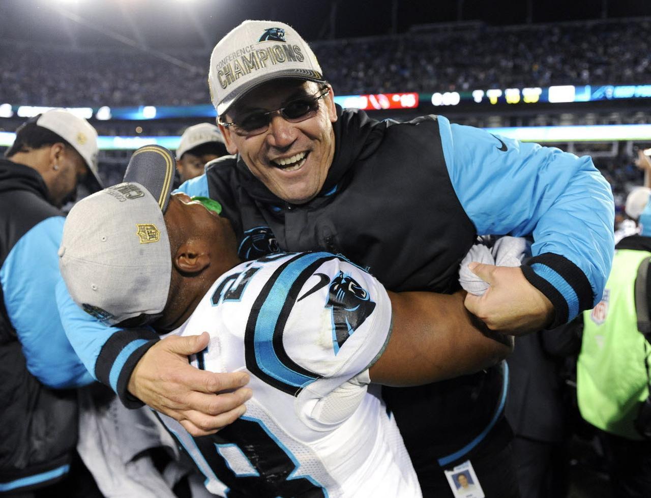 El entrenador de los Panthers Ron Rivera celebra con Jonathan Stewart tras conseguir el título de la NFC. Carolina se impuso 49-15 a Arizona. (AP/MIKE McCARN)