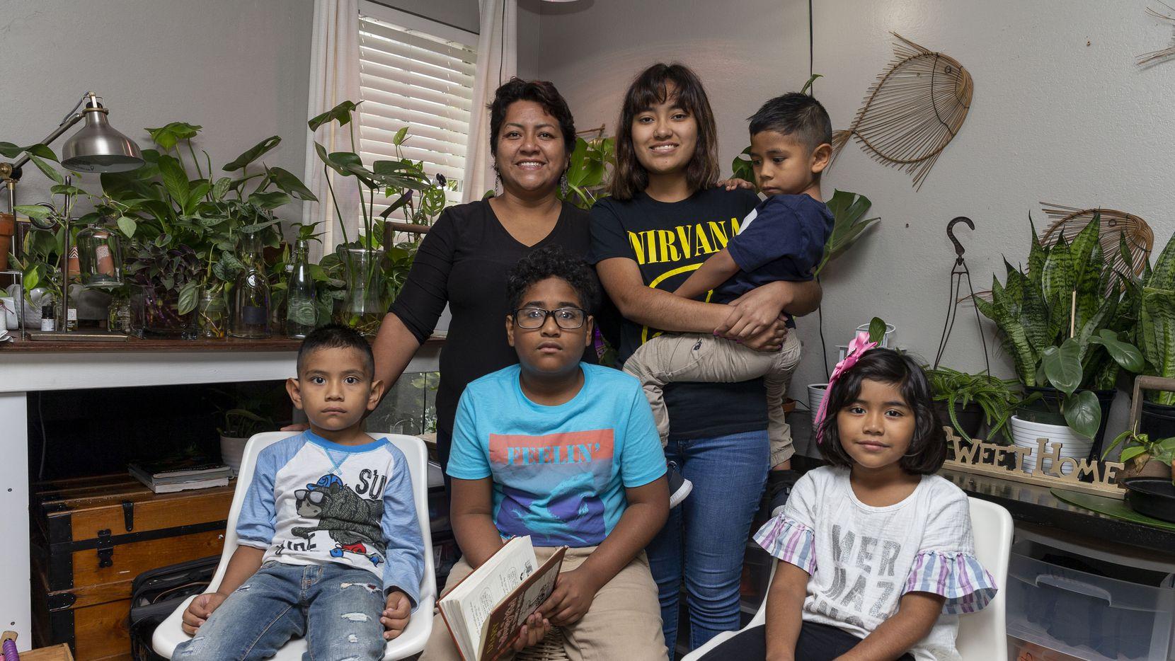 Lily de la Cruz (centro) ha intentado reactivar su negocio de venta de plantas para poder sostener sus gastos, después de vivir 45 días en su camioneta, en 2020. En la imagen, De la Cruz con sus hijos Julián (6), Óscar (11) y Ana Luisa (7), al frente; y con Mariana (16) y Carlos (5), junto a ella.
