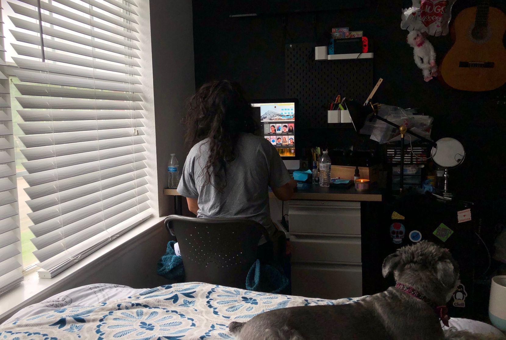 Elva Chávez, residente de Dallas de 25 años, nunca ha usado su escritorio en su habitación para trabajar hasta ahora por la pandemia del coronavirus.