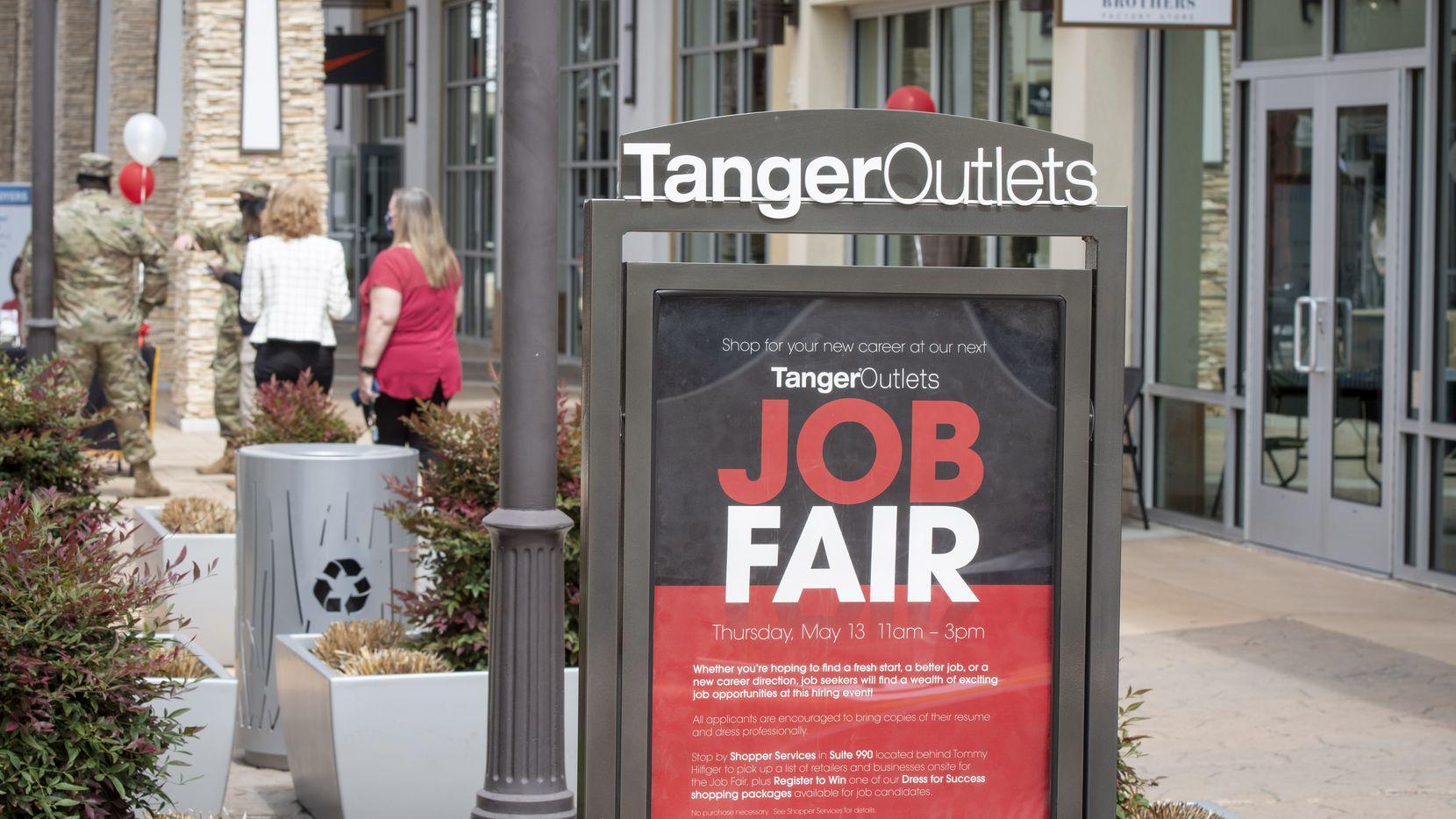 Anuncio de una feria de empleo en las tiendas de Tanger Outlets en Fort Worth, Texas, el 13 de mayo de 2021.