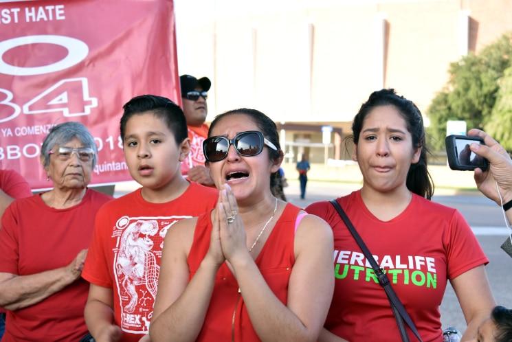 Decenas de manifestantes se reunieron en la explanada del ayuntamiento para protestar contra la ley. MARIANA SIERRA/ AL DIA