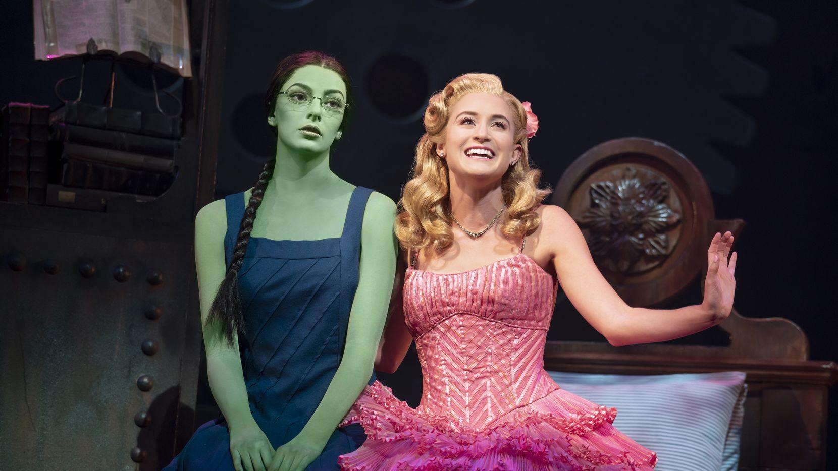 """Talia Suskauer y Allison Bailey durante una presentación de """"Wicked"""" en el Music Hall de Fair Park."""