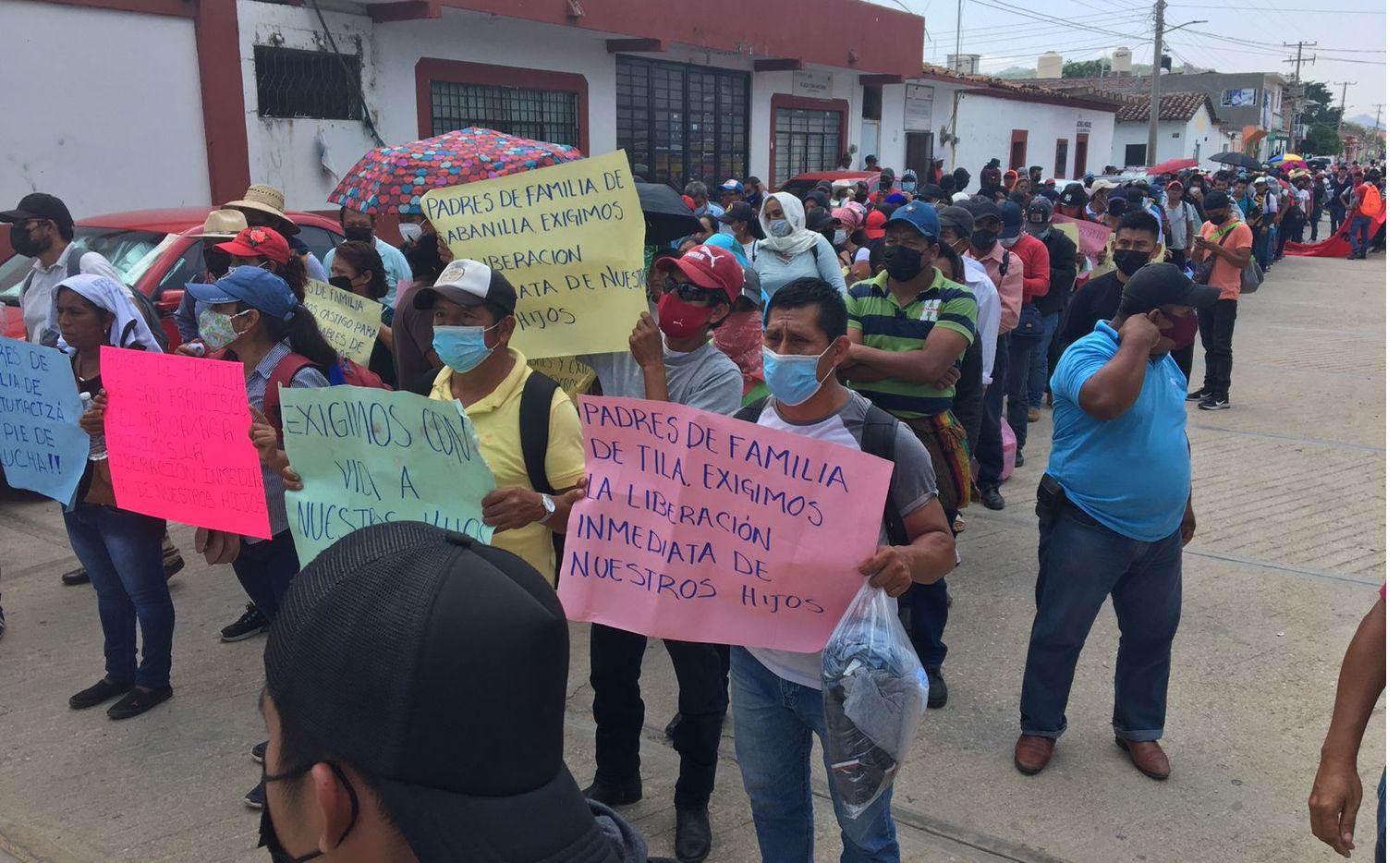 Maestros y padres de familia de 93 estudiantes de la Escuela Normal Mactumactzá, en Tuxtla Gutiérrez, Chiapas protestaron por las condiciones de detención de sus hijos en el penal del Amate.