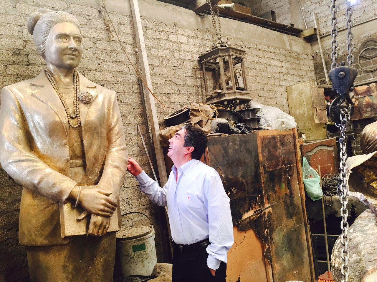 El escultor Germán Michel explica la manufactura de la estatua de Adelfa Callejo en su tallkr en México. 06062015xALDIA 06172015xMETRO