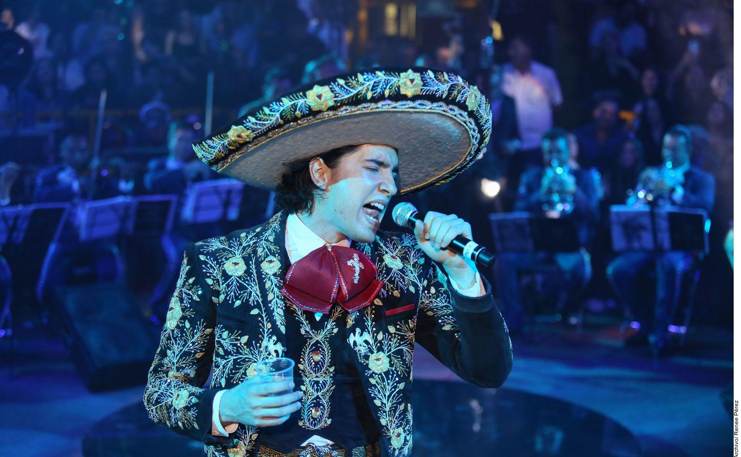 En esta fotografía de archivo sin fecha, se ve al cantante Alex Fernández, nieto de Vicente Fernández, en el escenario.