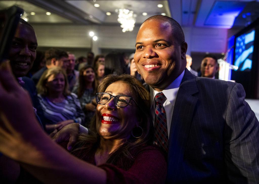 El alcalde electo Eric Johnson se toma una foto con una de sus simpatizantes poco despúes de su elección el sábado. (DMN/SHABAN ATHUMAN)