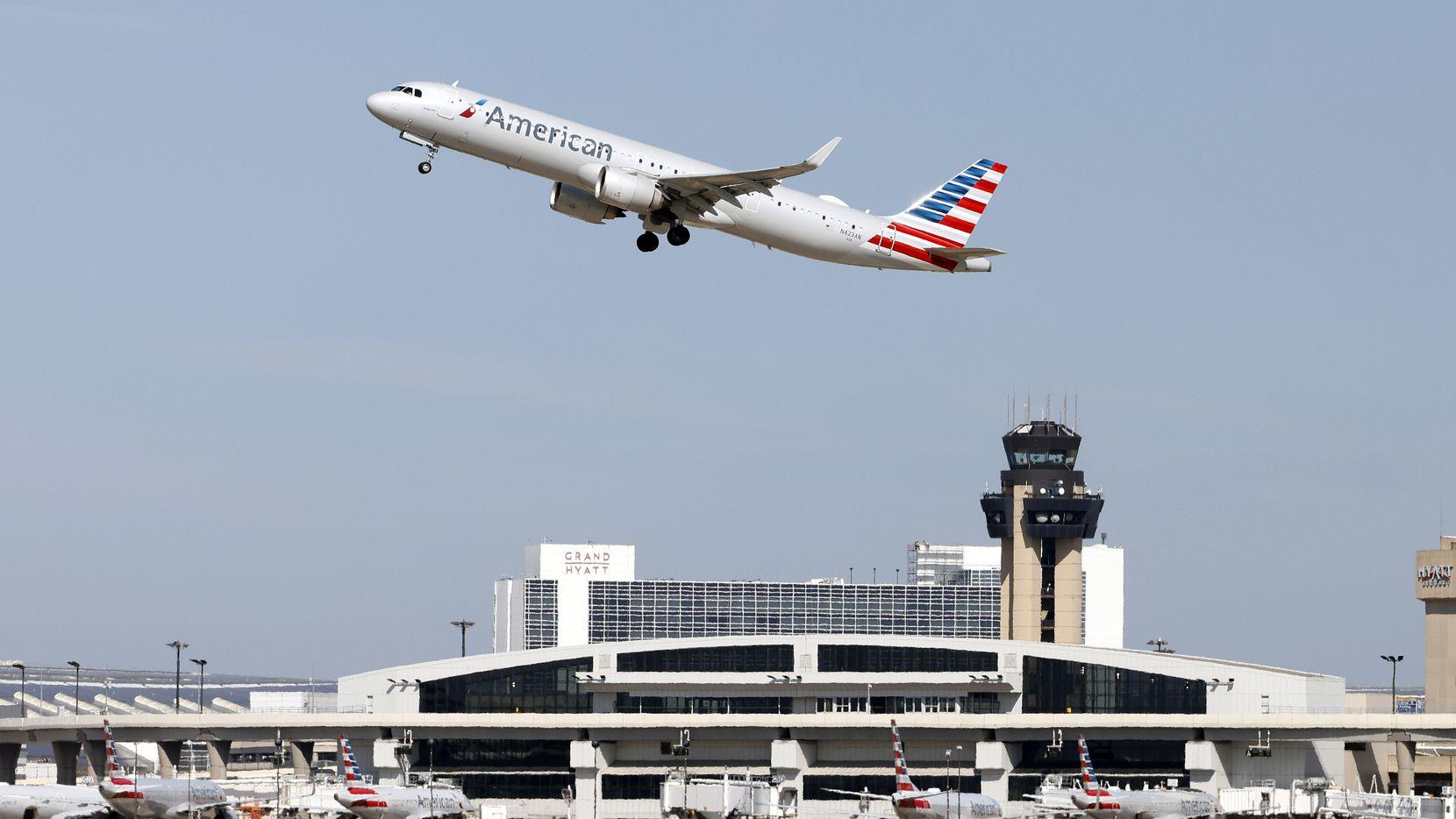 Un avión de American Airlines despega del Aeropuerto Internacional DFW . La aerolínea anunció que no venderá alcohol a los pasajeros en la cabina principal de sus vuelos al menos hasta enero del año entrante.