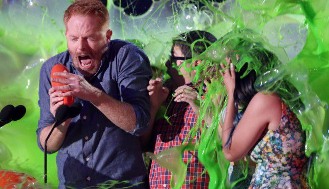 (De izq. a der) Jesse Tyler Ferguson, Rico Rodríguez y Ariel Winter en el momento en el que les cayó la baba verde los Kids' Choice Awards. (AP/MATT SAYLES)