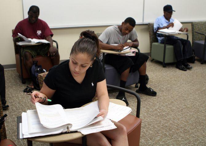 Gracia Gonzales toma un examen en Dallas College, campus de Eastfield. El sistema de colegios comunitarios ofrece becas y preparación para el campo laboral para estudiantes minoritarios.