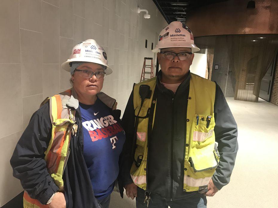 Ricardo Martínez y su esposa Gabriela trabajan siete días a la semana en el Globe Life Park de Arlington para entregar la obra a tiempo.
