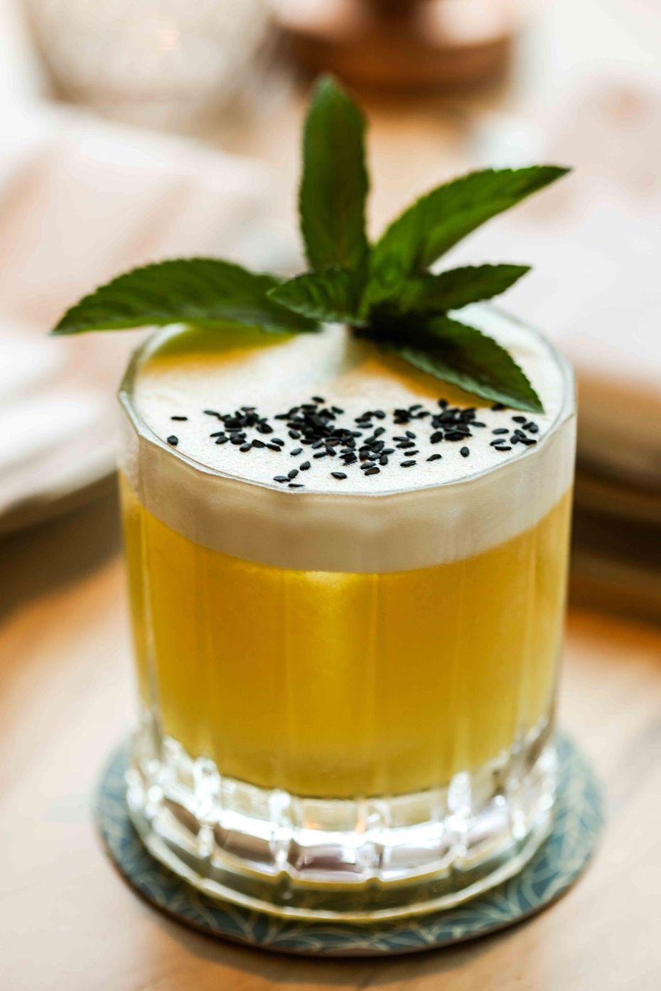 Esse coquetel se chama (Sem título, 1962) e leva o nome de uma canção de um músico brasileiro.  É um cocktail gin misturado com amaro, mamão, lima e clara de ovo.