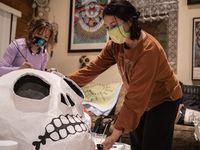 Paloma Salas (der.) y Linda López (izq.) trabajan en unos monigotes para el Día de los Muertos en Dallas.