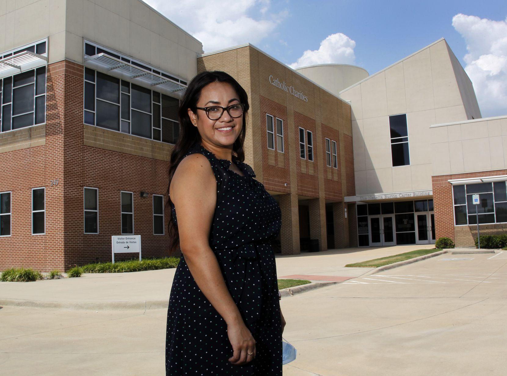Yésika Moncada, una administradora de casos del programa de Padua que trabajó junto a Ramírez cuando ella era cliente, es fotografiada al frente de Caridades Católicas Fort Worth el 29 de julio de 2021. (Steve Hamm/ Special Contributor)