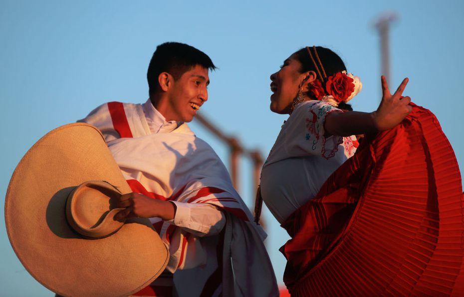 Artistas con trajes tradicionales de Perú bailan en el 6to Festival Mundial de Folklore CIOFF, en Baskortostán, Rusia.
