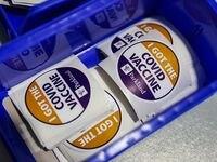 Después de vacunarse, el personal del Hospital Parkland entrega estos stickers para recordar el momento.