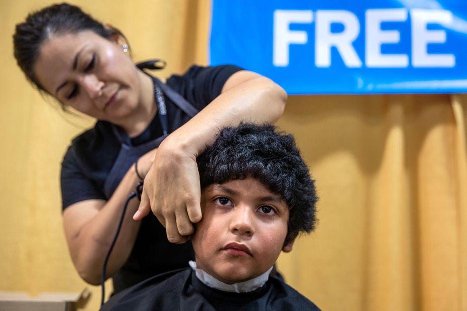 Jacob López, de 8 años, le dijo adiós a su estilo veraniego antes del inicio de clases. El viernes, miles de estudiantes recibieron útiles, exámenes de salud y hasta cortes de pelo gratuitos en la Feria de Regreso a Clases del Alcalde.
