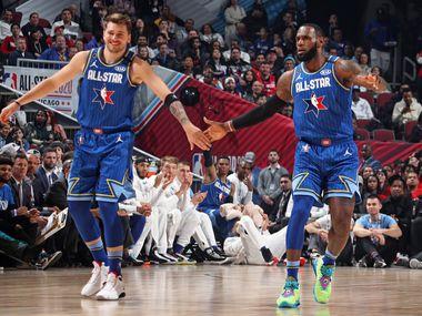 Luka Doncic (izq) y LeBron James se felicitan durante el Juego de Estrellas de la NBA que se efectuó el 16 de febrero de 2020 en Chicago.