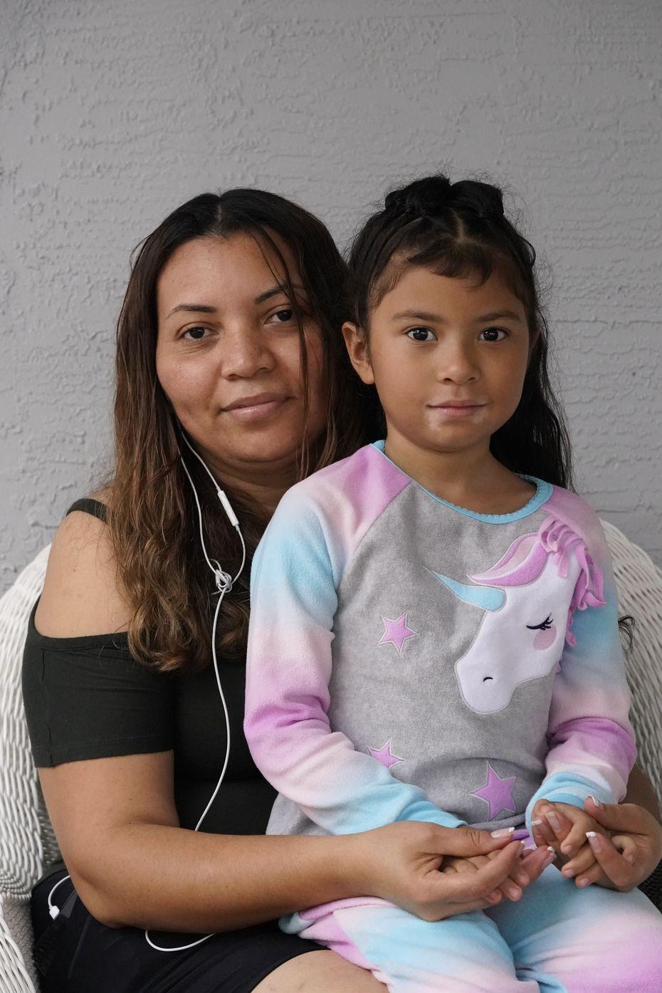 Lili Montalván y su hija Roxana fotografiadas en su casa de Fort Lauderdale, Florida, el 25 de octubre del 2020.