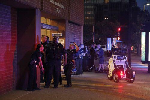 Oficiales de la policía de Dallas al pendiente de dos tiradores en el centro de Dallas. Foto  DMN