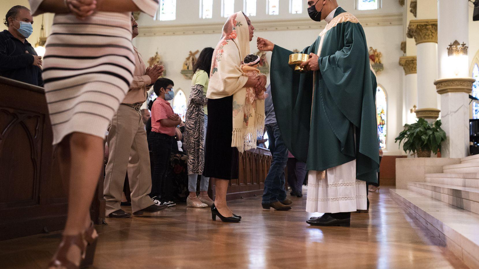 El padre Jesús Belmontes, el nuevo rector de la Catedral de Guadalupe en Dallas, durante su primera misa en ese recinto, el 4 de julio de 2021.