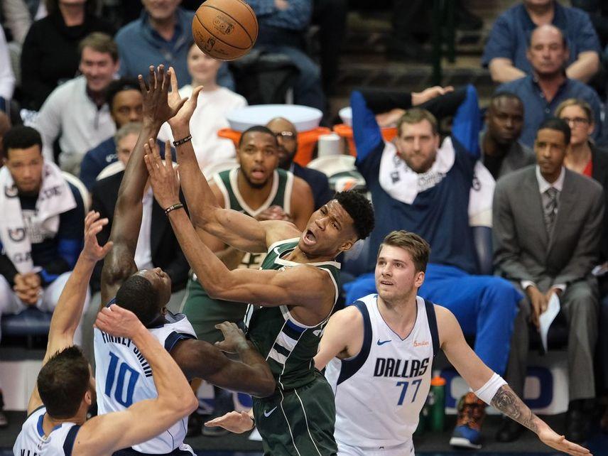 El jugador de los Mavericks de Dallas, Luka Doncic (77), observa al jugador de los los Bucks de Milwaukee, Giannis Antetokounmpo (34), tratar de encestar durante el partido del 8 de febrero de 2019 en el American Airlines Center de Dallas.