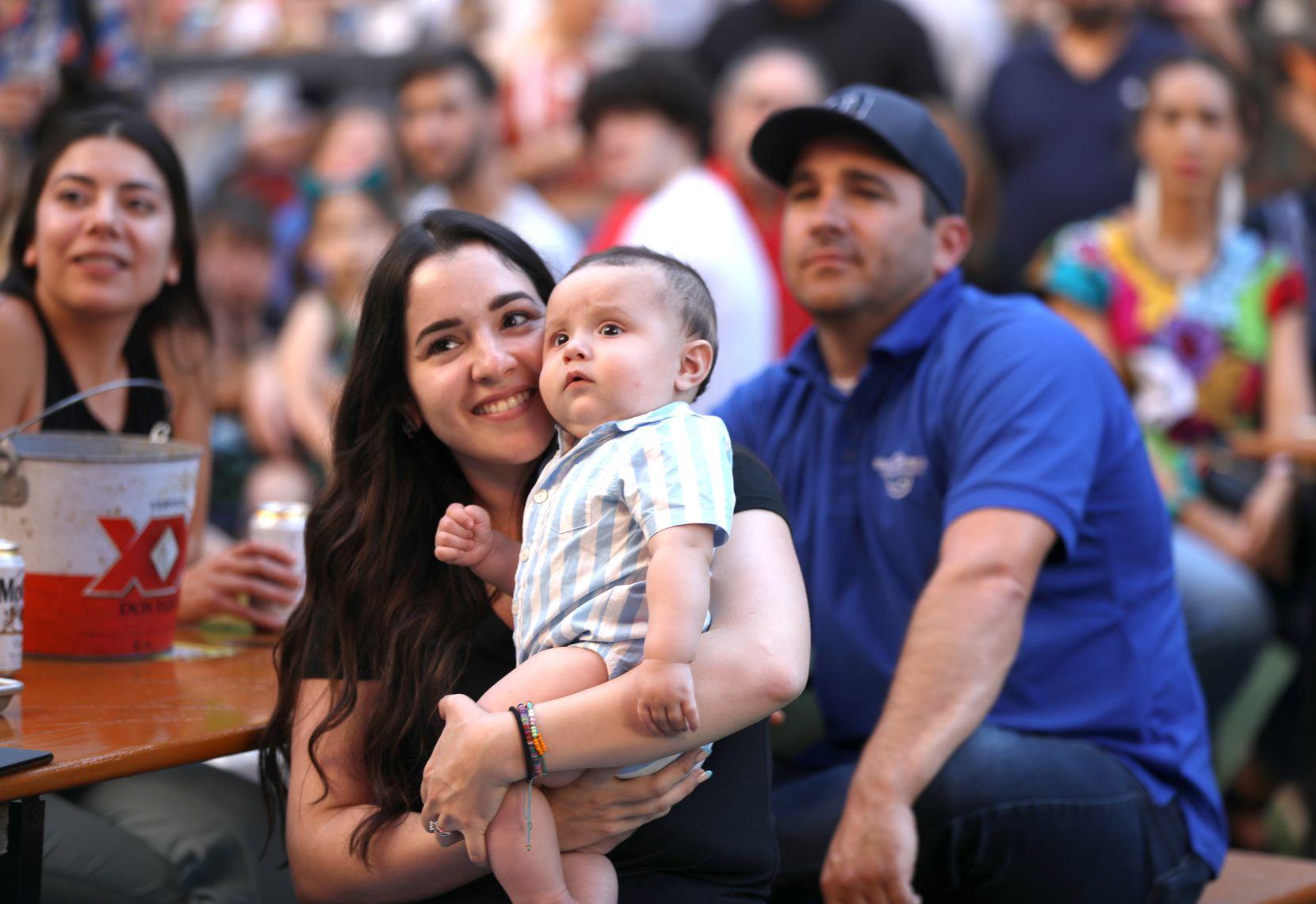 Eugene de la Garza junto a su bebé Rubén, de seis meses de edad, durante la presentación del Mariachi Rosas Divinas en Legacy Hall, en Plano. El Día de las Madres suele ser uno de los principales eventos para los mariachis en el Norte de Texas.