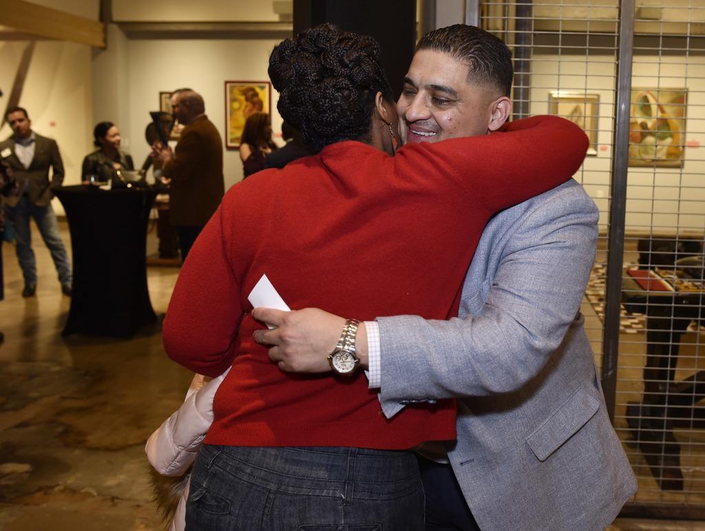 Jaime Reséndez se abraza con la activista Tonya Stafford durante un evento realizado en enero. Reséndez será el nuevo concejal por Pleasant Grove. (ESPECIAL PARA AL DÍA/BEN TORRES)