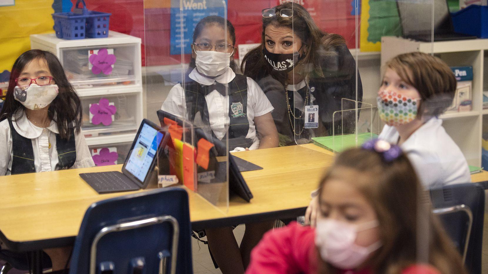 El distrito escolar de Dallas esta ofreciendo uniformes gratuitos para sus estudiantes.