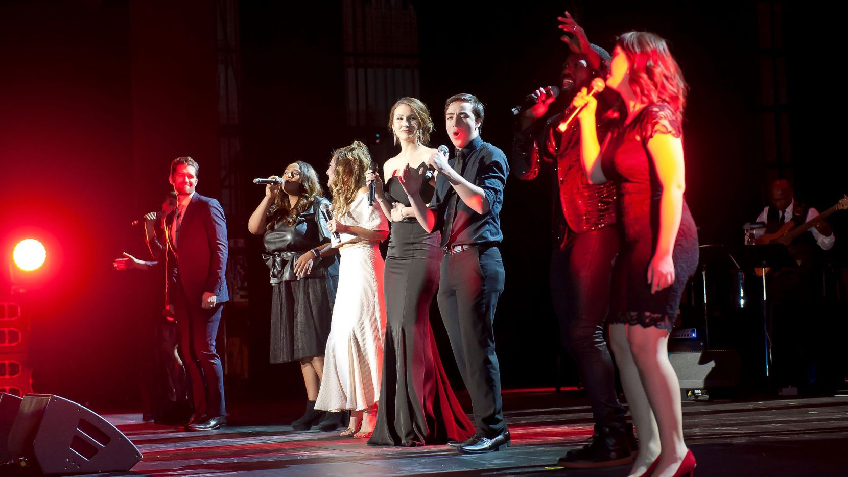 Actor Matthew Morrison, left, with students from Dallas ISD and the 2018 Dallas Summer Musicals High School Musical Theater Awaard winners Noah Aguilar and Sierra Roberson sing the final number at the 2018 DSM Gala.  Photo courtesy of DSM.