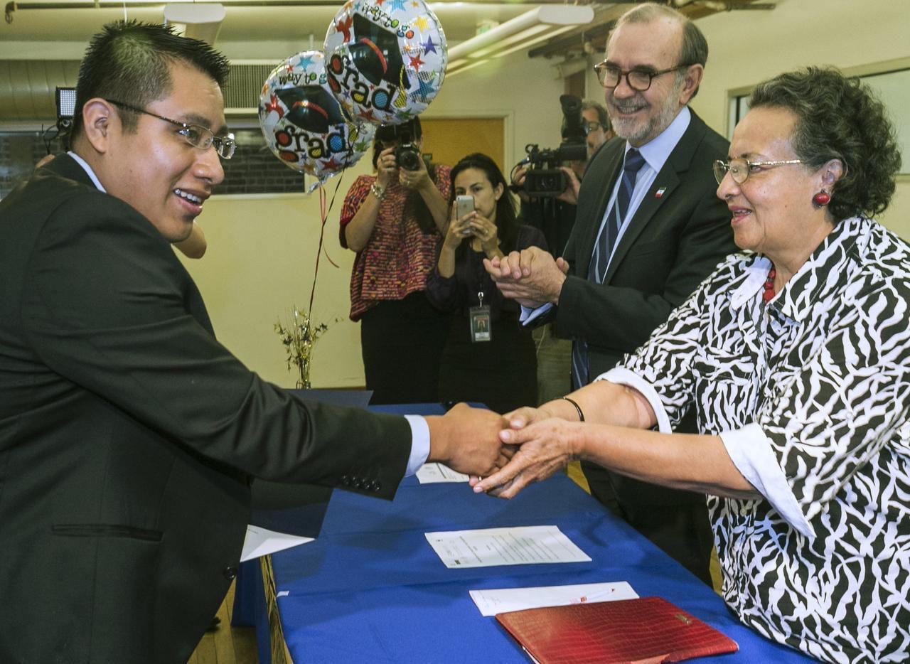 Jaime Luna Esteva, cuyo primer idioma es el zacateco, durante su ceremonia de graduación en estudios en español. (AP/DAMIAN DOVARGANES)
