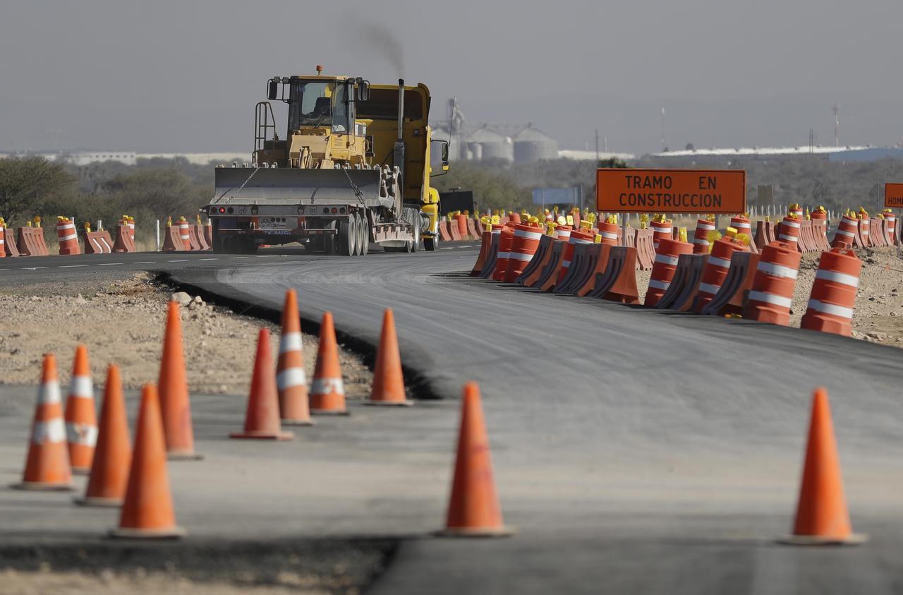 Un trailer abandona el sitio de construcción de una planta de Ford en Villa de Reyes, en San Luis Potosí. Ford canceló sus planes de abrir una fábrica en México. (AP/REBECCA BLACKWELL)