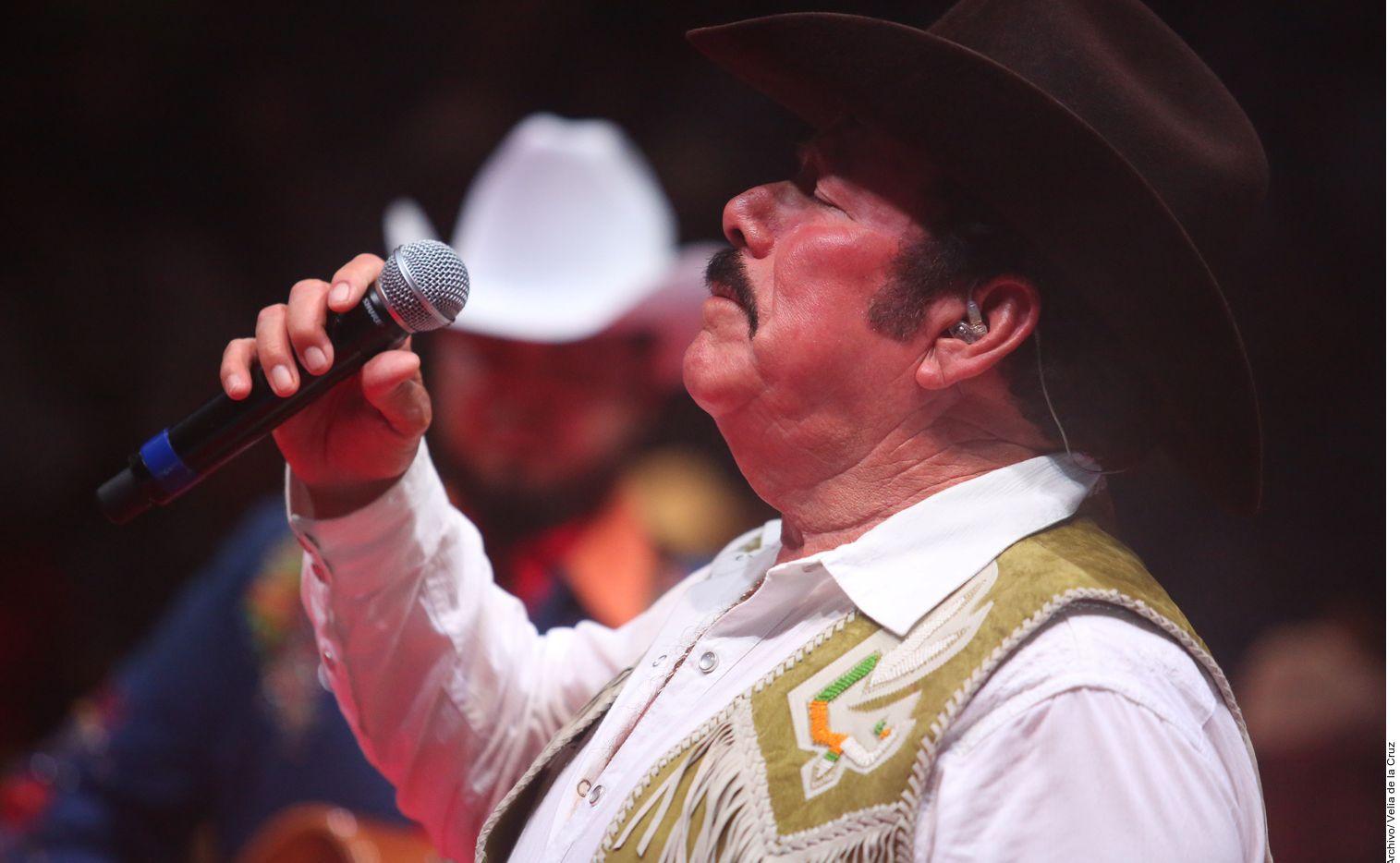 Familiares de Lalo Mora indicaron que el cantante mexicano continúa delicado de salud.