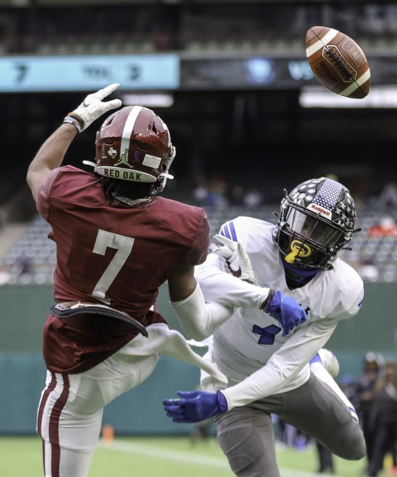Mansfield Summit defensive back Sean Smith (4) breaks up a pass intended for Red Oak wide receiver Raymond Gay Jr. (7) during the first half at Globe Life Park in Arlington, Texas, Friday, Jan. 1, 2021. (Elias Valverde II / Special Contributor)