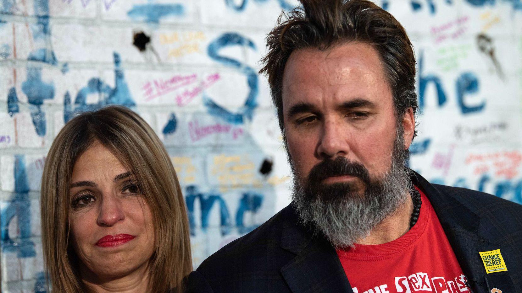Manny Oliver y su esposa  Patricia, padres del joven Joaquín Oliver, una de las víctimas del tiroteo en la  Stoneman Douglas High, en esta ciudad. (NICHOLAS KAMM / GETTY IMAGES)