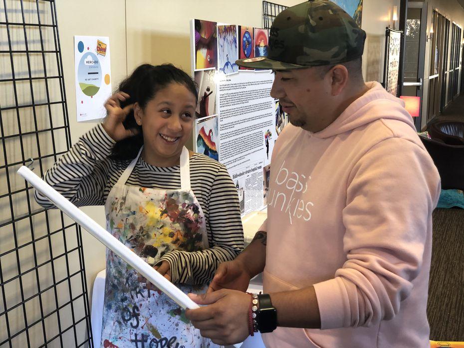 Gabriella Sosa, de 14 años, junto a su padre Roger Sosa.