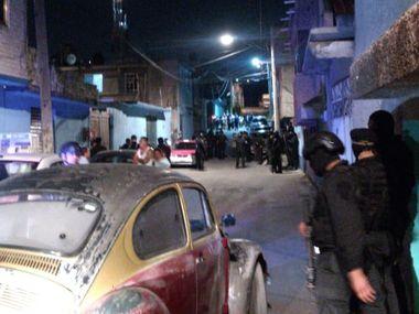 Cerca de 40 agentes se encuentran en el lugar en el que encontraron prendas de la menor y de la mujer que la sustrajo.