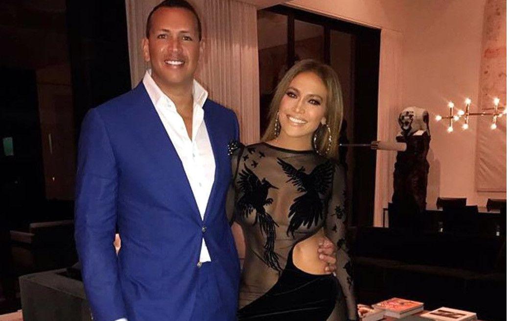 Para el festejo, J.Lo (der.) usó un vestido negro con transparencias que evidenciaron que la nacida en el Bronx tiene una figura envidiable. / AGENCIA REFORMA