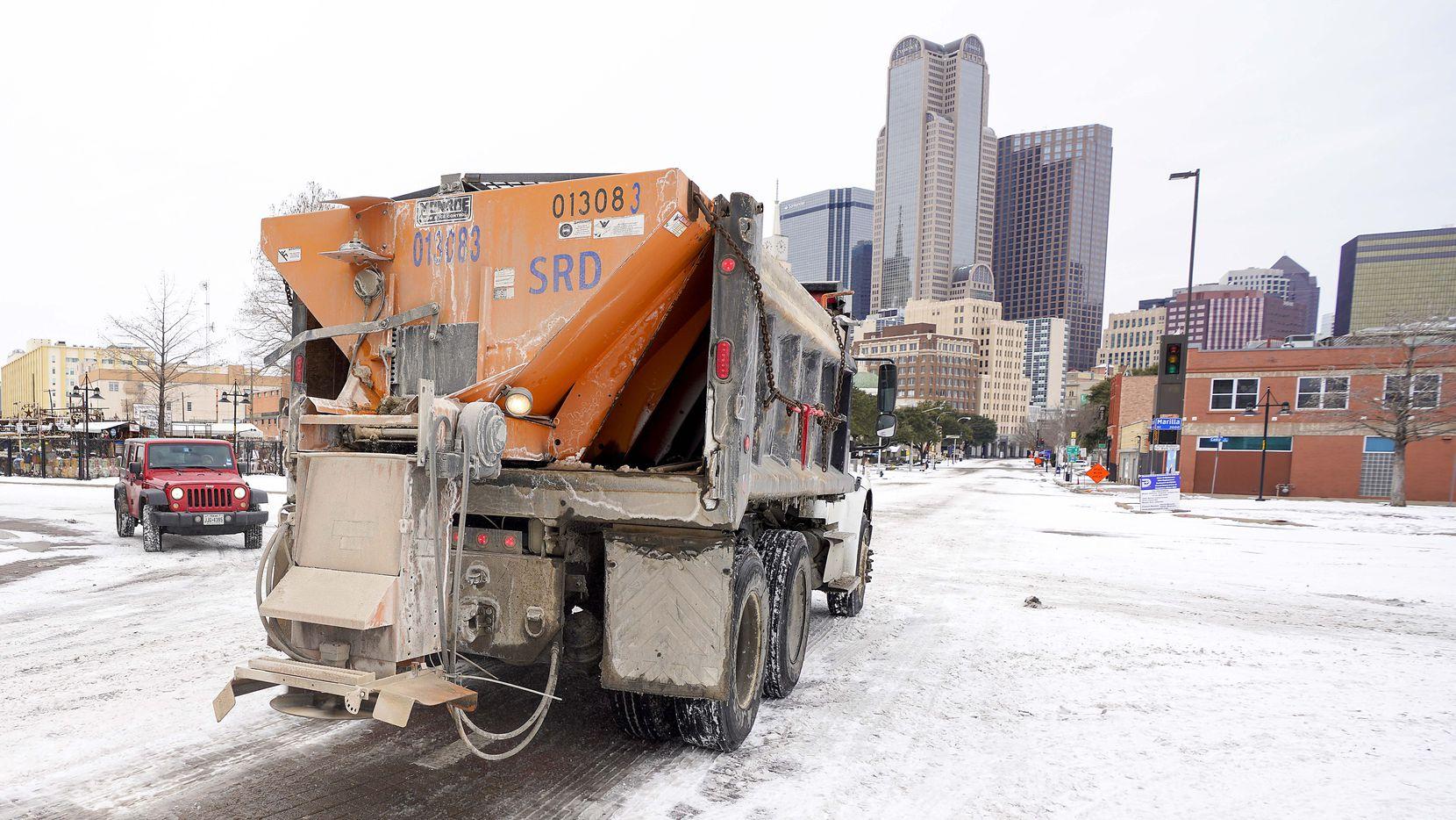 Un camión de limpieza de calles de la ciudad trabaja en el centro de Dallas el martes 16 de febrero de 2021.