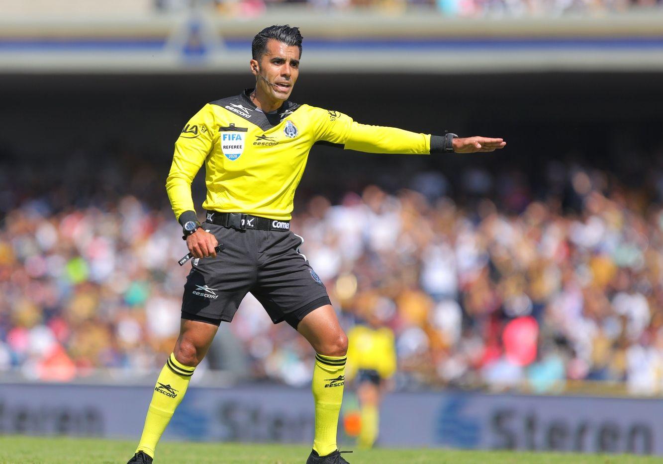 Por tener el gafete FIFA, el árbitro de la Primera División en Mexico, Adonaí Escobedo, tiene un sueldo asegurado de 1,500 al mes.