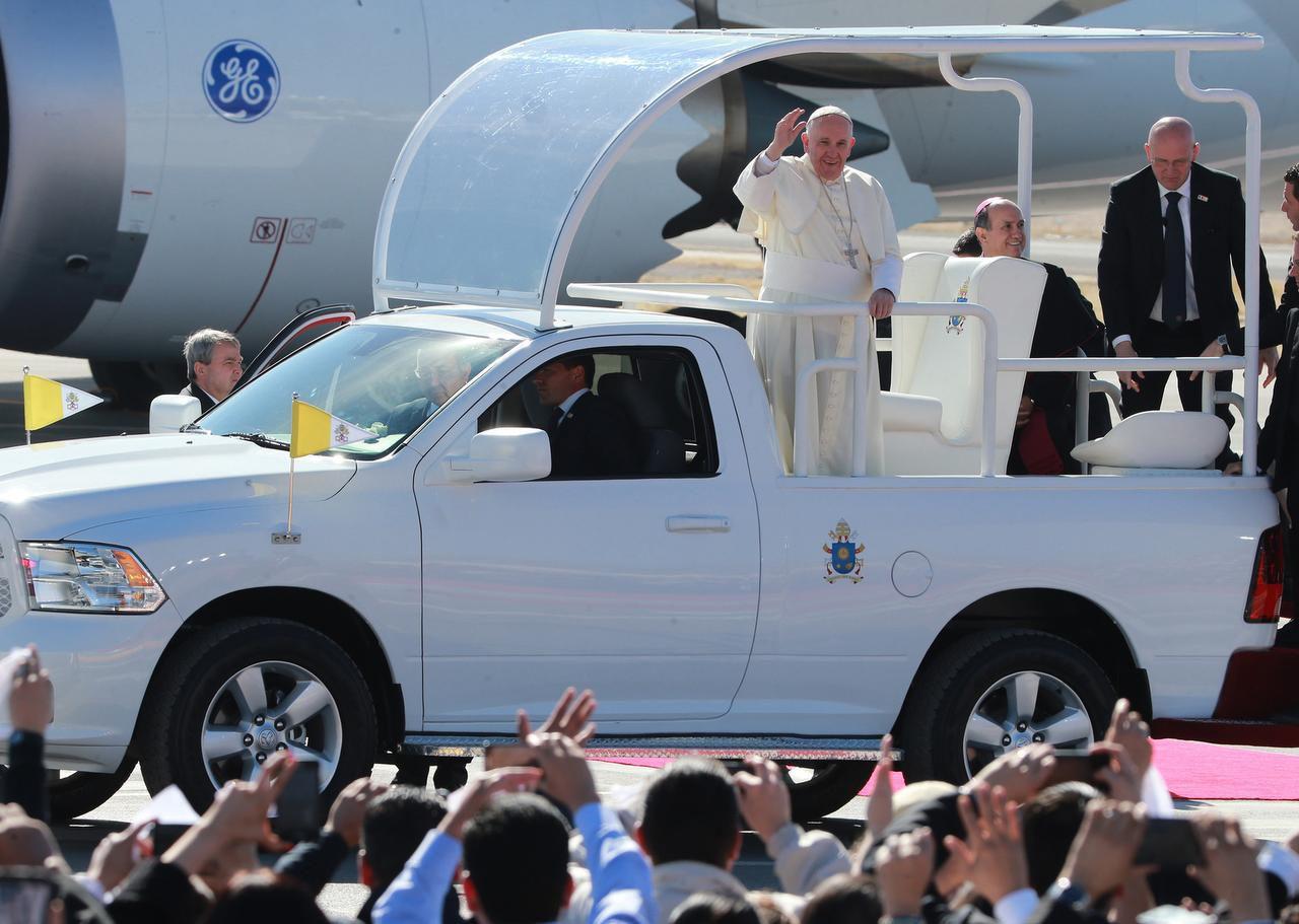 El papa Francisco saluda desde el papamóvil a su llegada a Ciudad Juárez. (AP/VÍCTOR CALZADA)