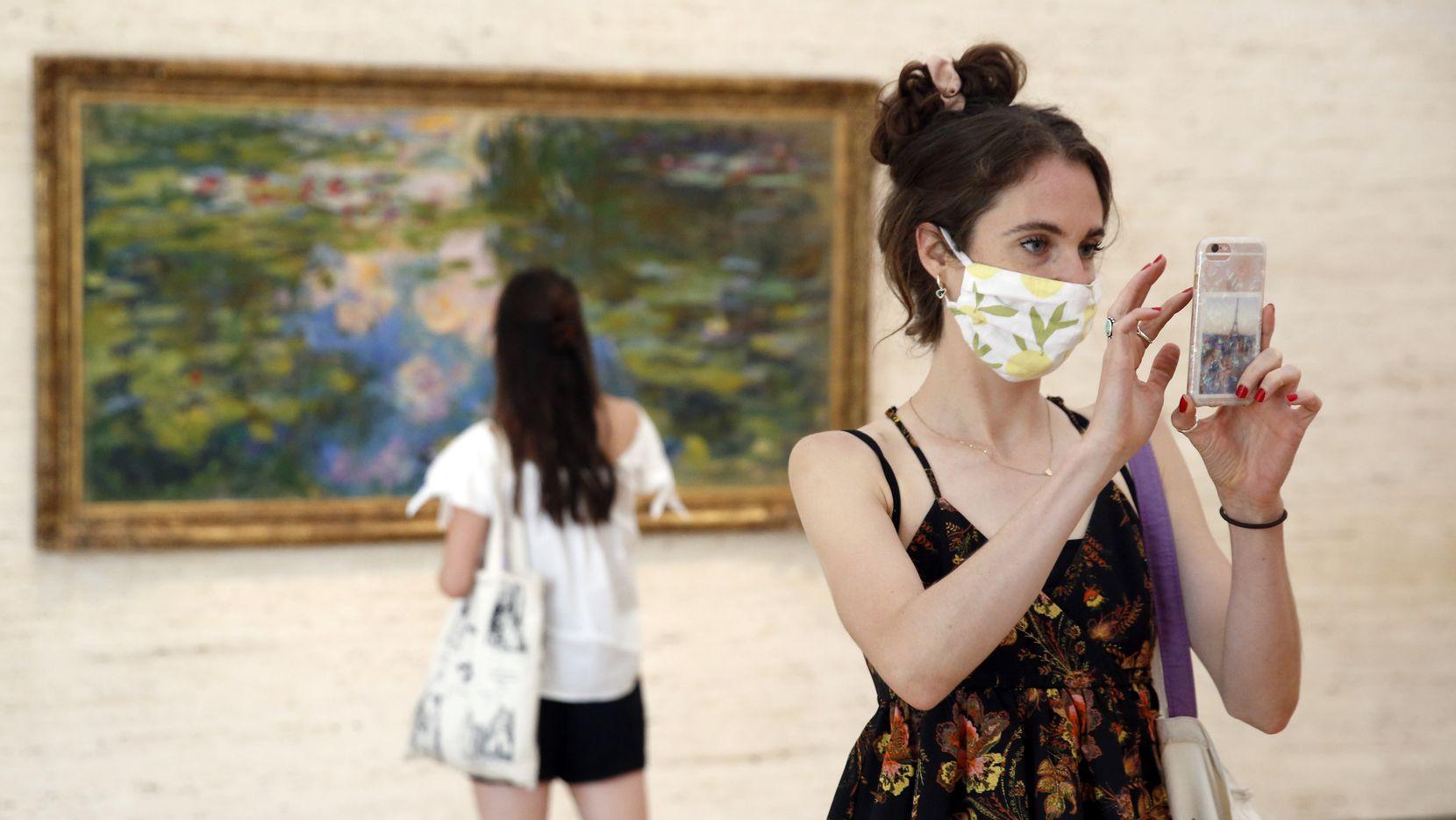 Libby Krueger de Fort Worth toma una foto de una de las obras en el Kimball Art Museum en compañía de su amiga Kimberly Brubacher.