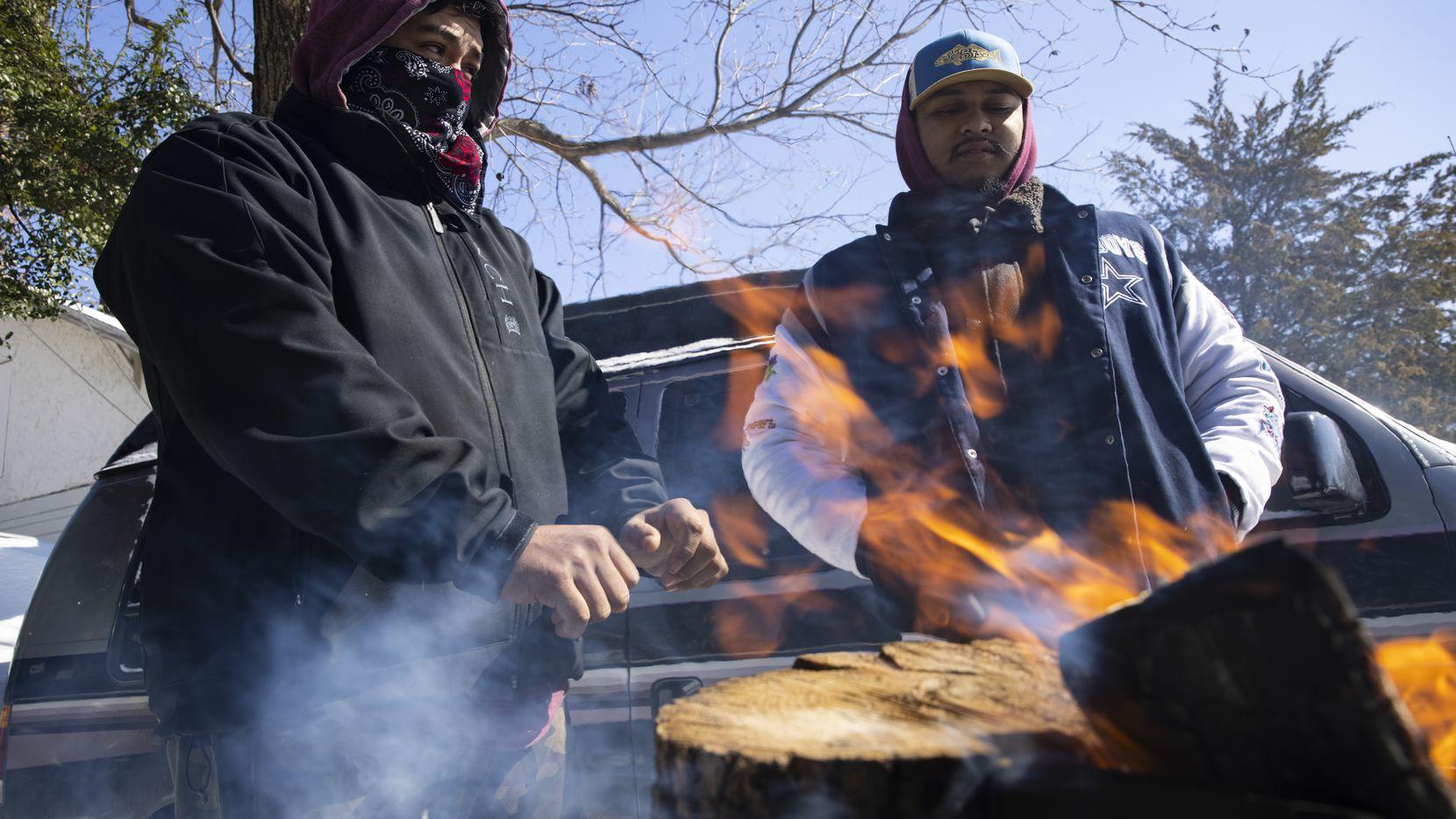 Los hermanos Alfredo (izq.) y Eduardo Colón improvisaron una fogata al pie de su casa en Esta Dallas. Su familia se quedó sin luz desde la 2A.